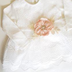 Biele slávnostné šaty s ružou